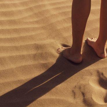 Opuchnięte kostki na urlopie – czy jest się czym martwić?